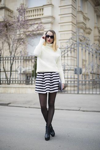 40b1c3811963 Tragen Sie einen weißen Strick Rollkragenpullover und einen schwarzen und weißen  horizontal gestreiften Skaterrock für einen