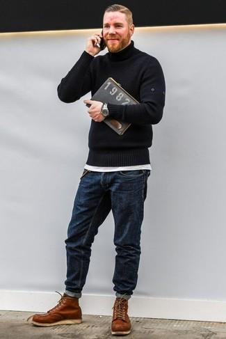 Wie kombinieren: schwarzer Rollkragenpullover, weißes T-Shirt mit einem Rundhalsausschnitt, dunkelblaue Jeans, rotbraune Lederarbeitsstiefel