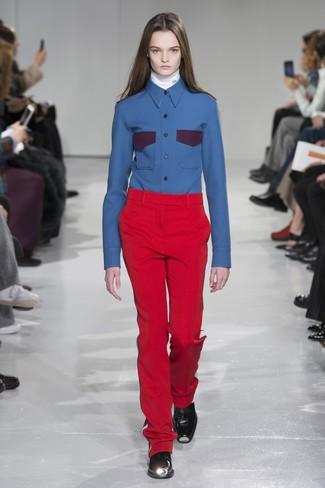 weißer Rollkragenpullover, blaues Businesshemd, rote Anzughose, schwarze Leder Stiefeletten für Damen