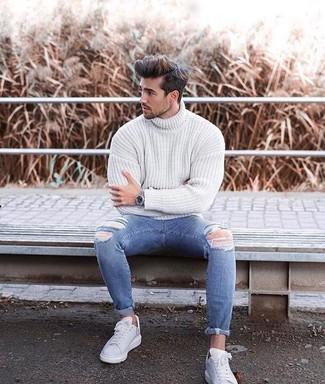 Blaue enge Jeans mit Destroyed-Effekten kombinieren: Für ein bequemes Couch-Outfit, vereinigen Sie einen weißen Strick Rollkragenpullover mit blauen engen Jeans mit Destroyed-Effekten. Entscheiden Sie sich für weißen Leder niedrige Sneakers, um Ihr Modebewusstsein zu zeigen.