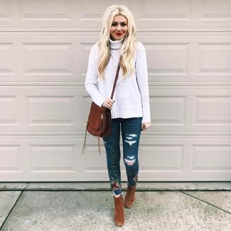 Wie kombinieren: weißer Strick Wollrollkragenpullover, dunkelblaue bestickte enge Jeans, braune Wildleder Stiefeletten, dunkelbraune Wildleder Umhängetasche