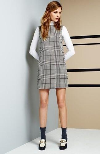 weißer Rollkragenpullover, graues gerade geschnittenes Kleid mit Schottenmuster, weiße und schwarze Leder Slipper, dunkelgraue Socke für Damen
