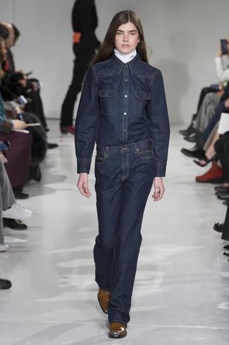 weißer Rollkragenpullover, dunkelblaues Jeanshemd, dunkelblaue Jeans, braune Leder Stiefeletten für Damen