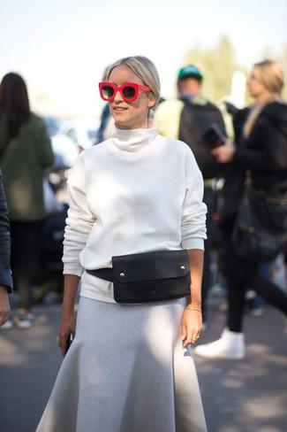 weißer Rollkragenpullover, grauer Wollmidirock, schwarze Leder Bauchtasche, rote Sonnenbrille für Damen