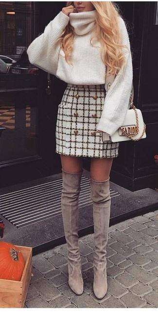 Wie kombinieren: weißer Strick Wollrollkragenpullover, weißer Tweed Minirock mit Karomuster, graue Overknee Stiefel aus Wildleder, weiße Leder Umhängetasche