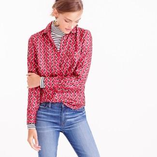 Wie kombinieren: weißer und schwarzer horizontal gestreifter Rollkragenpullover, fuchsia bedrucktes Businesshemd, blaue Jeans, hellbeige Ohrringe