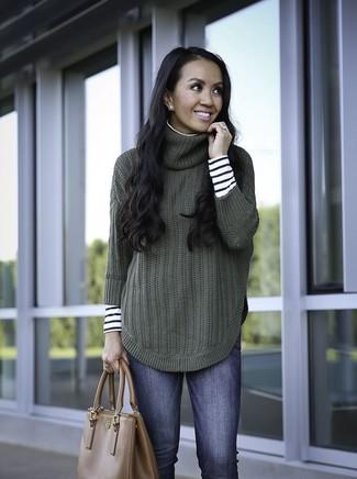 Wie kombinieren: weißer und schwarzer horizontal gestreifter Rollkragenpullover, dunkelgrüner Strick Rollkragenpullover, blaue enge Jeans, braune Shopper Tasche aus Leder