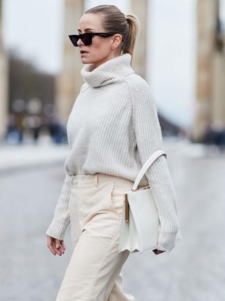 Wie kombinieren: weißer Strick Wollrollkragenpullover, hellbeige weite Hose aus Cord, weiße Satchel-Tasche aus Leder, schwarze Sonnenbrille
