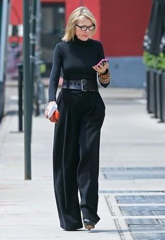 schwarzer Rollkragenpullover, schwarze weite Hose, schwarze Leder Pumps, schwarzer Leder Taillengürtel für Damen
