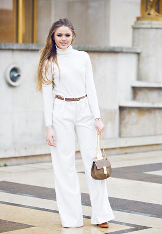 Wie kombinieren: weißer Rollkragenpullover, weiße weite Hose, rotbraune Leder Pumps, braune Satchel-Tasche aus Leder