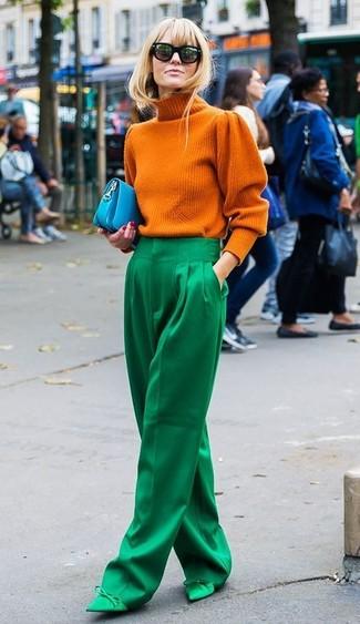Wie kombinieren: orange Strick Rollkragenpullover, grüne weite Hose, grüne Satin Pumps, türkise Leder Clutch