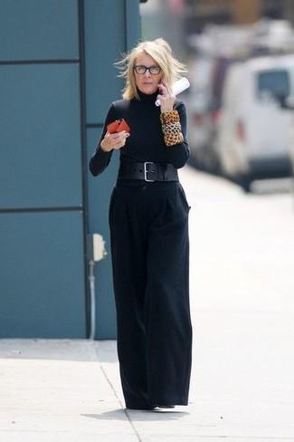 Wie kombinieren: schwarzer Rollkragenpullover, schwarze weite Hose, schwarze Leder Stiefeletten, schwarzer Leder Taillengürtel