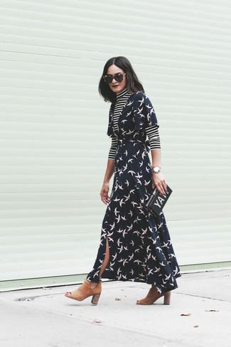 Wie kombinieren: schwarzer und weißer horizontal gestreifter Rollkragenpullover, schwarzes bedrucktes Wickelkleid, beige Chelsea-Stiefel aus Wildleder, schwarze bedruckte Clutch