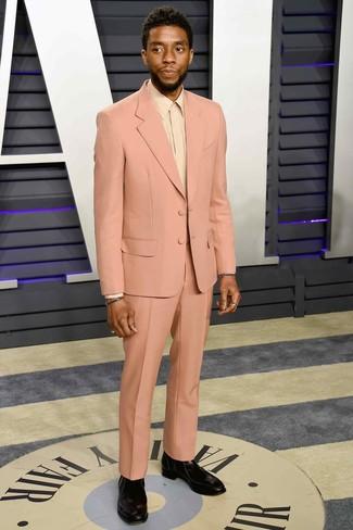 Wie kombinieren: rosa Anzug, hellbeige Businesshemd, schwarze Chelsea-Stiefel aus Leder