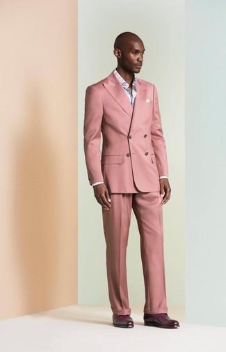 Wie kombinieren: rosa Anzug, hellblaues Langarmhemd mit Blumenmuster, dunkellila Leder Derby Schuhe