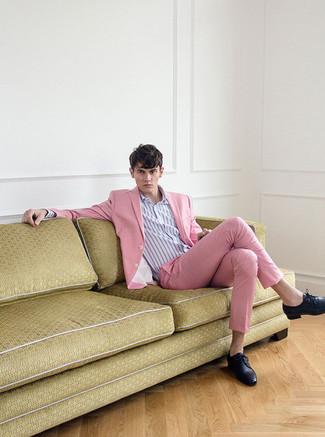 Wie kombinieren: rosa Anzug, hellviolettes vertikal gestreiftes Businesshemd, schwarze Leder Derby Schuhe