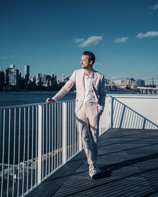 Wie kombinieren: rosa Anzug, weißes Leinen Langarmhemd, weiße niedrige Sneakers