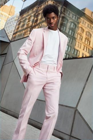 Wie kombinieren: rosa Anzug, weißes T-Shirt mit einem Rundhalsausschnitt