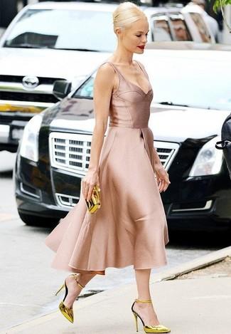 Wie kombinieren: rosa ausgestelltes Kleid aus Satin, goldene Leder Pumps, goldene Clutch