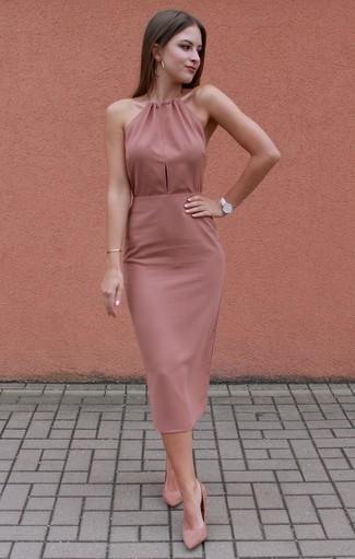 Wie kombinieren: rosa figurbetontes Kleid, rosa Wildleder Pumps, weiße Leder Uhr