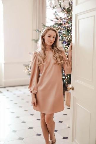 Wie kombinieren: rosa gerade geschnittenes Kleid, hellbeige beschlagene Leder Sandaletten