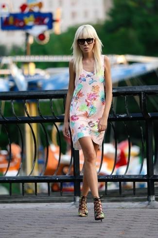 Mehrfarbige Leder Sandaletten kombinieren: trends 2020: Erwägen Sie das Tragen von einem rosa gerade geschnittenem Kleid mit Blumenmuster, um einen mühelosen Look zu erreichen. Mehrfarbige Leder Sandaletten sind eine perfekte Wahl, um dieses Outfit zu vervollständigen.