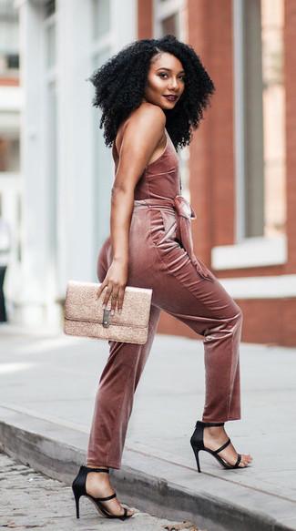Wie kombinieren: rosa Jumpsuit aus Samt, schwarze Satin Sandaletten, goldene Leder Clutch