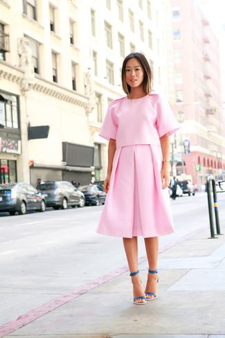 Rosa Midirock mit Falten kombinieren – 49 Damen Outfits: Paaren Sie eine rosa Kurzarmbluse mit einem rosa Midirock mit Falten, umein modernes Casual-Outfit zu schaffen, der in der Garderobe der Frau nicht fehlen darf. Ergänzen Sie Ihr Look mit dunkeltürkisen Leder Sandaletten.