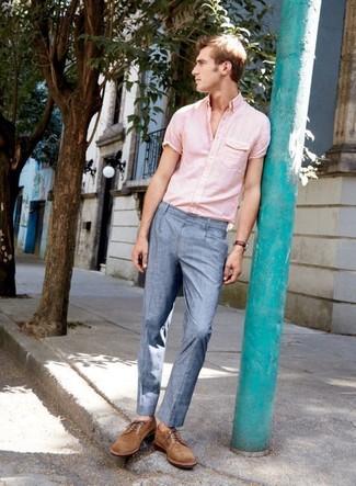 Wie kombinieren: rosa Kurzarmhemd, hellblaue Anzughose, braune Wildleder Derby Schuhe