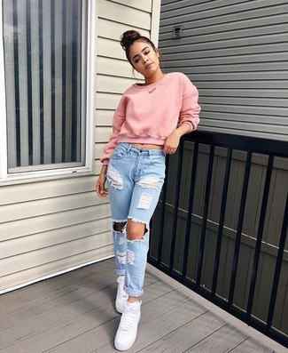 Wie kombinieren: rosa kurzer Pullover, hellblaue Boyfriend Jeans mit Destroyed-Effekten, weiße hohe Sneakers aus Leder