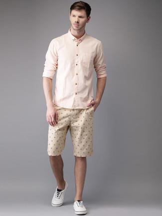Wie kombinieren: rosa Langarmhemd, hellbeige bedruckte Shorts, weiße Leinenschuhe