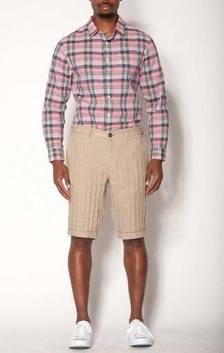 Hellbeige Leinen Shorts kombinieren – 4 Herren Outfits: Tragen Sie ein rosa Langarmhemd mit Schottenmuster und hellbeige Leinen Shorts für einen bequemen Alltags-Look. Dieses Outfit passt hervorragend zusammen mit weißen Segeltuch niedrigen Sneakers.