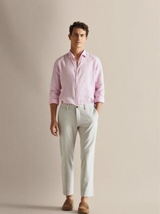 Weiße Chinohose kombinieren: trends 2020: Kombinieren Sie ein rosa Langarmhemd mit einer weißen Chinohose, um einen lockeren, aber dennoch stylischen Look zu erhalten. Ergänzen Sie Ihr Outfit mit beige Wildleder Slippern, um Ihr Modebewusstsein zu zeigen.