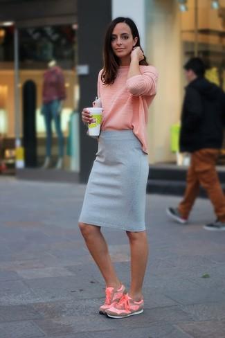 Wie kombinieren: rosa Langarmshirt, grauer Bleistiftrock, rosa Sportschuhe