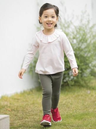Wie kombinieren: rosa Langarmshirt mit Rüschen, dunkelgrüne Leggings, rote Turnschuhe