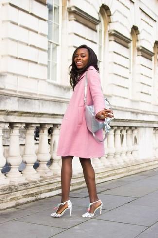 Grauen Leder Rucksack kombinieren – 2 Damen Outfits kühl Wetter: Tragen Sie einen rosa Mantel zu einem grauen Leder Rucksack, um ein tolles, entspanntes Outfit zu zaubern. Weiße und schwarze gepunktete Leder Pumps sind eine kluge Wahl, um dieses Outfit zu vervollständigen.
