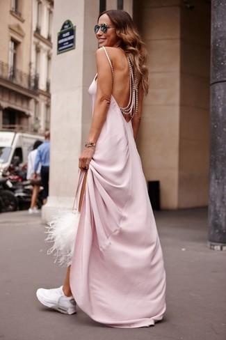 Weiße Sportschuhe kombinieren – 122 Damen Outfits: Wahlen Sie ein rosa Maxikleid, um einen modischen Alltags-Look zu zaubern. Weiße Sportschuhe verleihen einem klassischen Look eine neue Dimension.