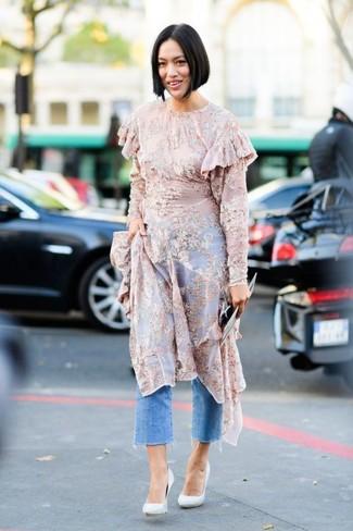 Dunkelblauen Hosenrock aus Jeans kombinieren – 4 Damen Outfits heiß Wetter: Probieren Sie die Kombi aus einem rosa bedruckten Midikleid aus Chiffon und einem dunkelblauen Hosenrock aus Jeans, umeinen modischen, entspannten Look zu erreichen, der in der Garderobe der Frau auf keinen Fall fehlen darf. Weiße Leder Pumps sind eine kluge Wahl, um dieses Outfit zu vervollständigen.
