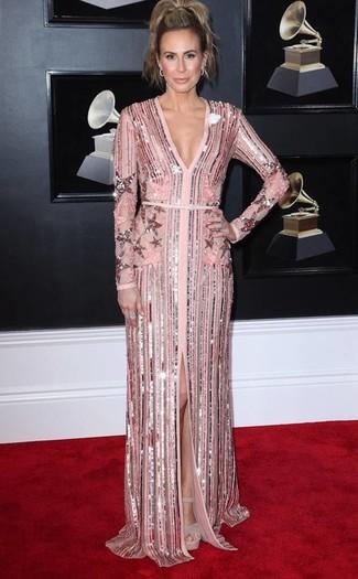 40 Jährige: Outfits Damen 2020: Um eine elegante Silhouette zu formen, entscheiden Sie sich für ein rosa Paillette Ballkleid. Hellbeige klobige wildleder sandaletten fügen sich nahtlos in einer Vielzahl von Outfits ein.