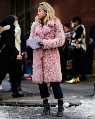 Wie kombinieren: rosa Pelz, schwarze Chinohose, schwarze Leder Stiefeletten