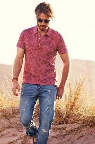 Wie kombinieren: rosa Polohemd mit Blumenmuster, blaue Jeans mit Destroyed-Effekten, dunkelbraune Wildleder Espadrilles