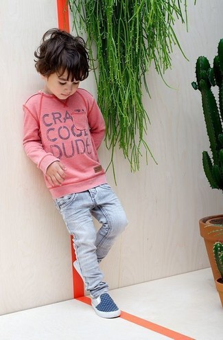 Wie kombinieren: rosa Pullover, hellblaue Jeans, dunkelblaue Turnschuhe
