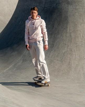 Wie kombinieren: rosa Pullover mit einem Kapuze, weiße Chinohose, graue Sportschuhe