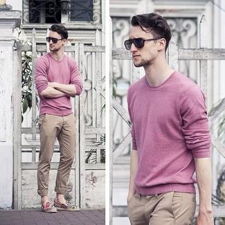 Wie kombinieren: rosa Pullover mit einem Rundhalsausschnitt, beige Chinohose, schwarze Sonnenbrille