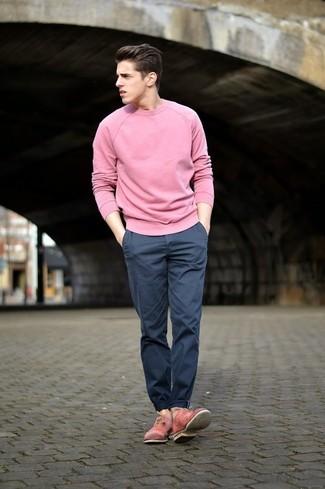 Wie kombinieren: rosa Pullover mit einem Rundhalsausschnitt, dunkelblaue Chinohose, rosa Leder Oxford Schuhe