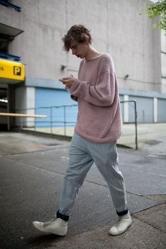 Wie kombinieren: rosa Pullover mit einem Rundhalsausschnitt, graue Jogginghose, weiße hohe Sneakers aus Leder
