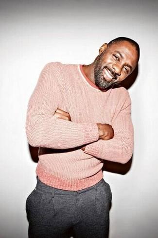 Wie kombinieren: rosa Pullover mit einem Rundhalsausschnitt, graue Wollanzughose