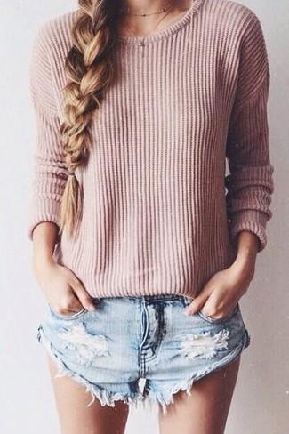 Wie kombinieren: rosa Pullover mit einem Rundhalsausschnitt, hellblaue Jeansshorts mit Destroyed-Effekten
