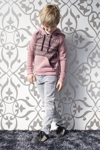 Wie kombinieren: rosa Pullover mit einer Kapuze, graue Jeans, schwarze Turnschuhe