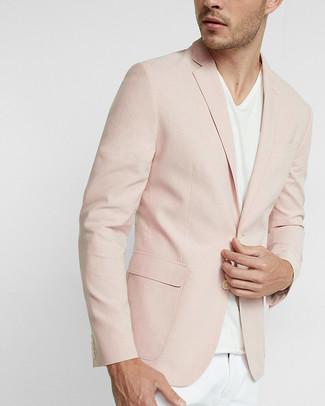 Wie kombinieren: rosa Sakko, weißes T-Shirt mit einem V-Ausschnitt, weiße Chinohose